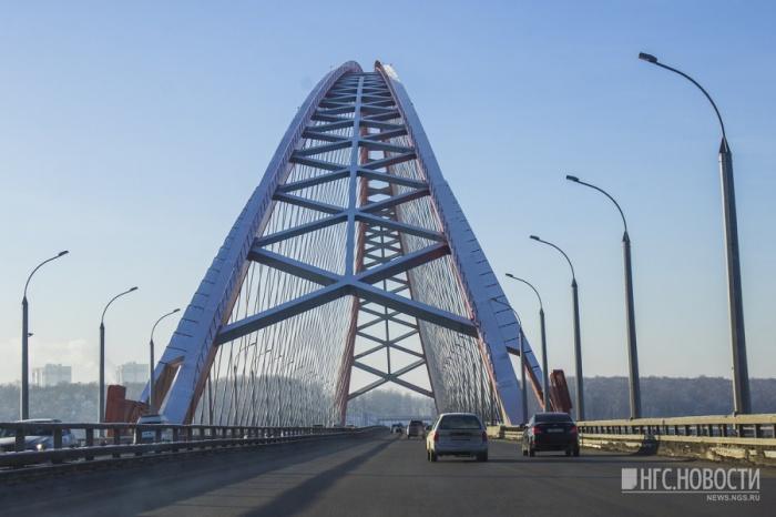 Парень и девушка упали с Бугринского моста