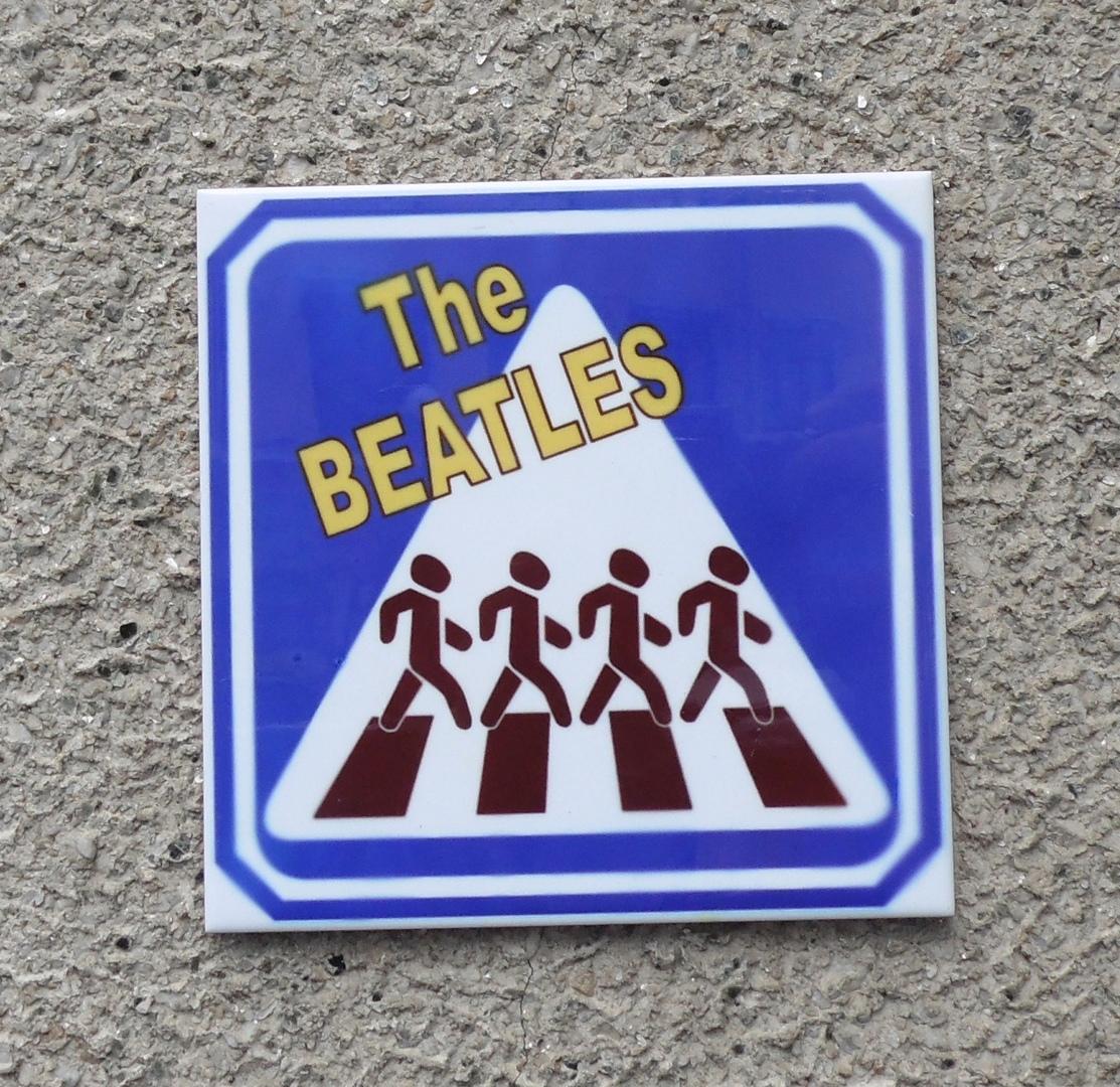Табличка отсылает к изображению последнего совместного альбома битлов