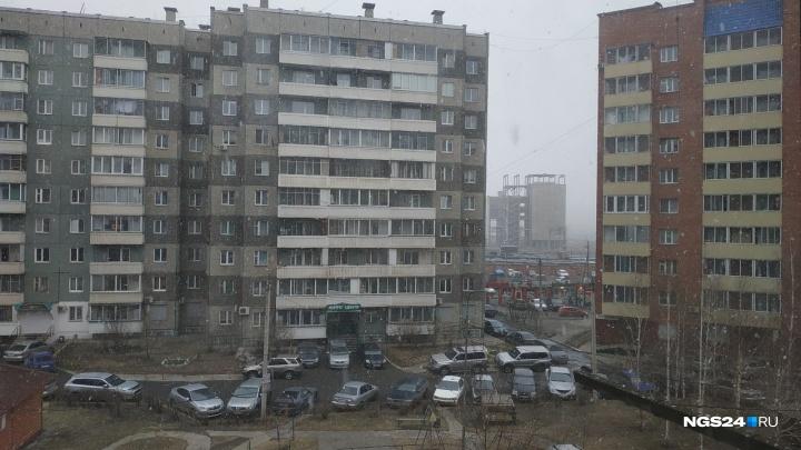После субботней жары Красноярск накрыло снегопадом. Неделя будет холодной