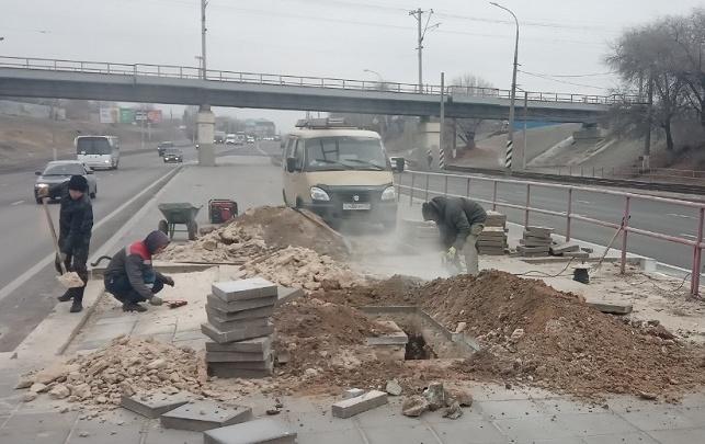 В Волгограде на Второй Продольной делают новый пешеходный переход