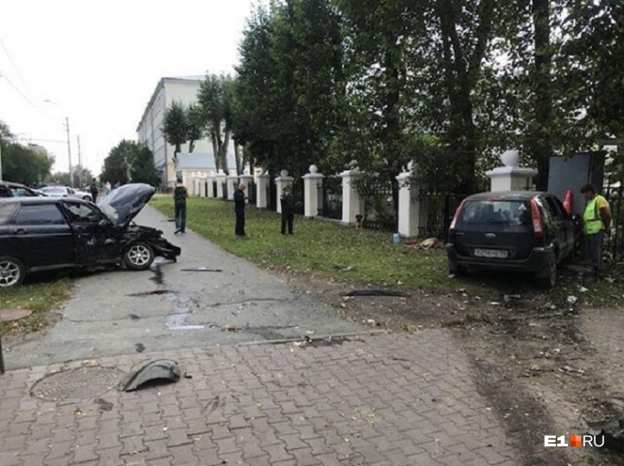 Автомобили вынесло на тротуар