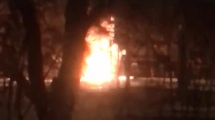 В Волжском Волгоградской области ночью сгорелаSKODA: видео