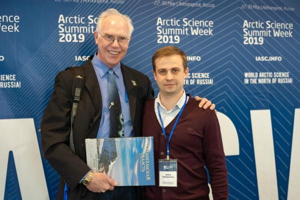 Президент МАНК Ларри Хинзман и руководитель компании-оператора саммита Денис Железников (слева направо)