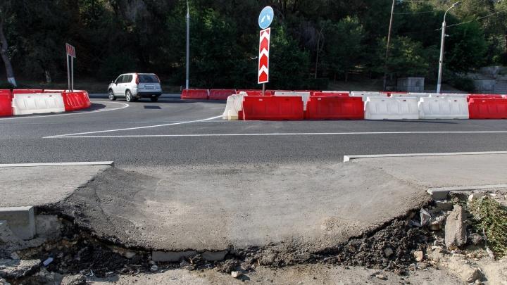 «В этих ямах можно оставить ноги»: новый тротуар в центре Волгограда не выдержал дождей