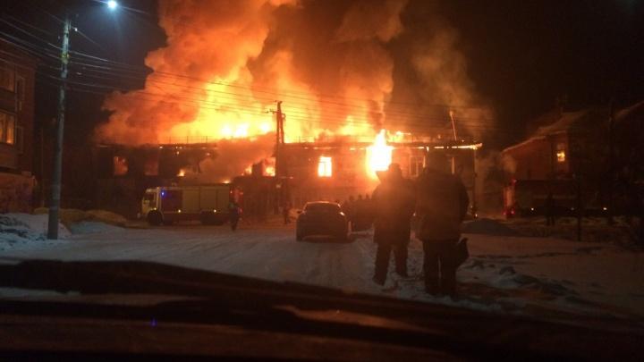 «Тушить уже нечего»: двухэтажный магазин загорелся в центре Канска