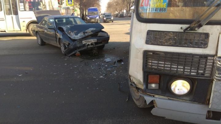 В Уфе легковушка въехала в пассажирский автобус: пострадали два человека