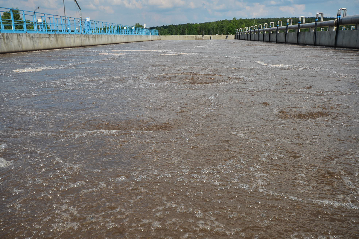 После аэротенков из стоков получается вода и активный ил. Ил идёт на дальнейшую переработку, из него делают биогаз, а воду обеззараживают и сбрасывают в реку