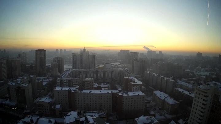 Видео: в небе над Новосибирском пролетел кривой метеор