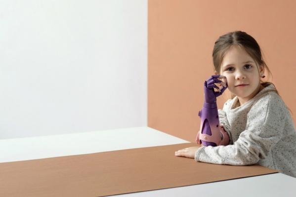 Сделать протез розово-фиолетовым девочка попросила сама