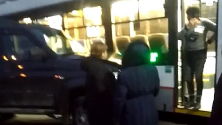 В центре Ростова столкнулись трамвай и внедорожник