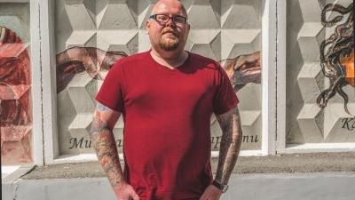 «Ваш менталитет подперт армией и тюрьмой»: человек с татуировками на все руки — о тату-хейтерах