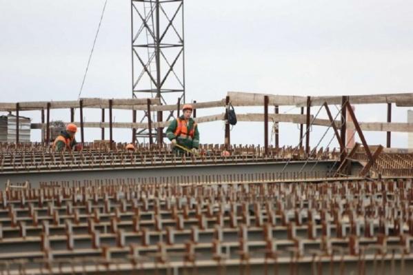 Мост начали строить в 2015 году