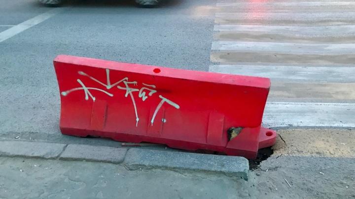 Увенчали алым блоком: яма-«божий знак» по дороге к загсу в Волгограде проваливается глубже под землю