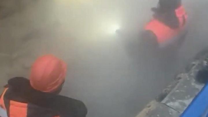«Людей в пару не видно»: в центре Волгограда ликвидировали второй за сутки порыв теплотрассы