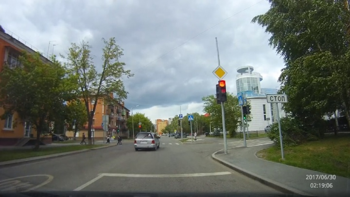 Опасная гонка на улице Республики, проезд на красный и спасение утят: смотрим дорожные видео недели