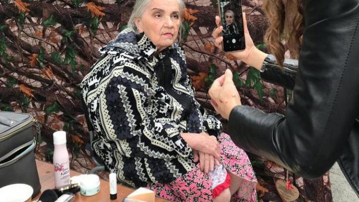 «Скоро зима»: новосибирцы тепло одели и красиво накрасили одиноких бабушек