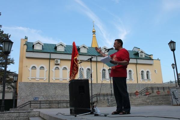 Красные флаги и выступающие с обличительными речами ораторы разместились на фоне церковных куполов