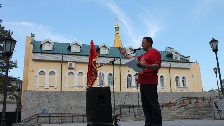 Пенсионеры и пират устроили митинг между новосибирским цирком и храмом