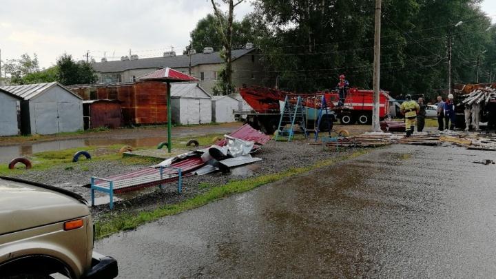 В Башкирии ветром сорвало крышу двухэтажного дома