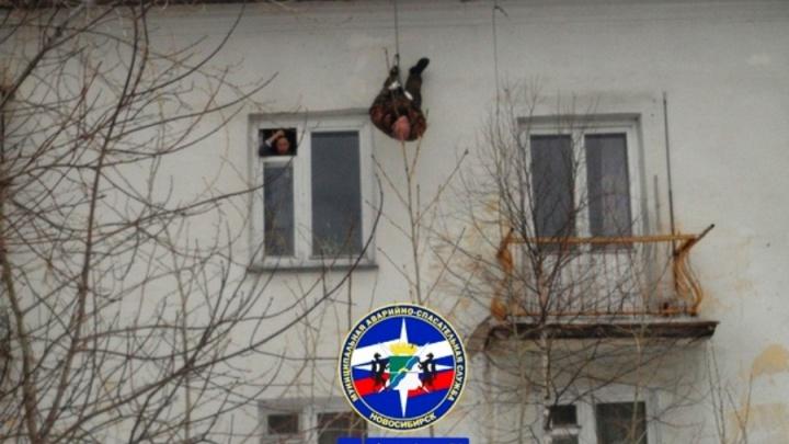 В Новосибирске мужчина сорвался с крыши и повис вниз головой— ему помогли спасатели