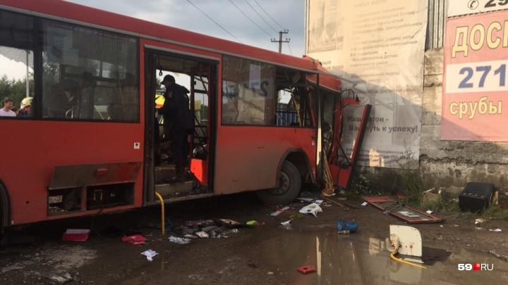 В Перми автобус врезался в стену: один человек погиб