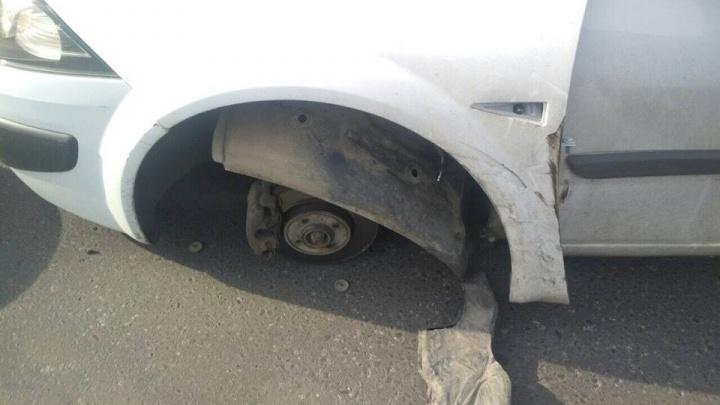Нелепое ДТП: открутившееся колесо Renault подбило Hyundai на трамвайных путях в Самаре