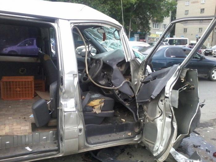 Водитель микроавтобуса погиб на месте