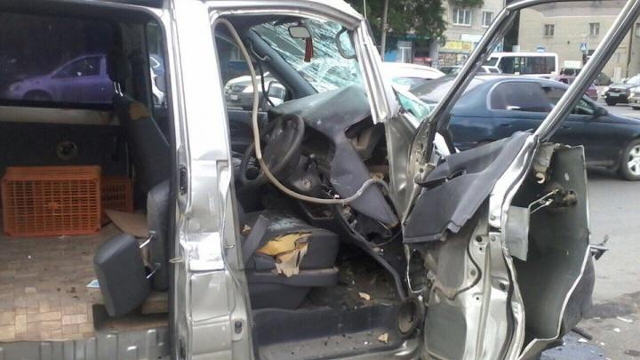 Водитель микроавтобуса погиб в ДТП на ул. Немировича-Данченко