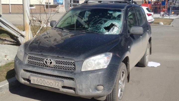 «Снова взрывали»: автомобилям на парковке «Артека» разбило лобовые стекла осколками от телебашни