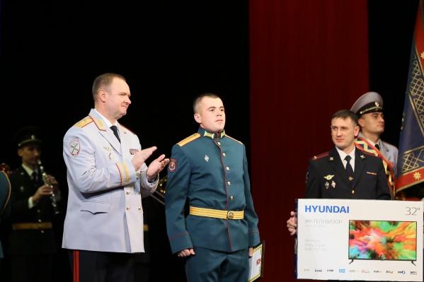 Зал встретил Османа Мамутова (на фото в центре) овациями, когда его попросили подняться на сцену