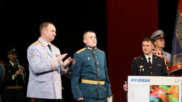 «Аплодировал весь зал»: генерал МВД наградил военного за спасение ребёнка из горящей машины