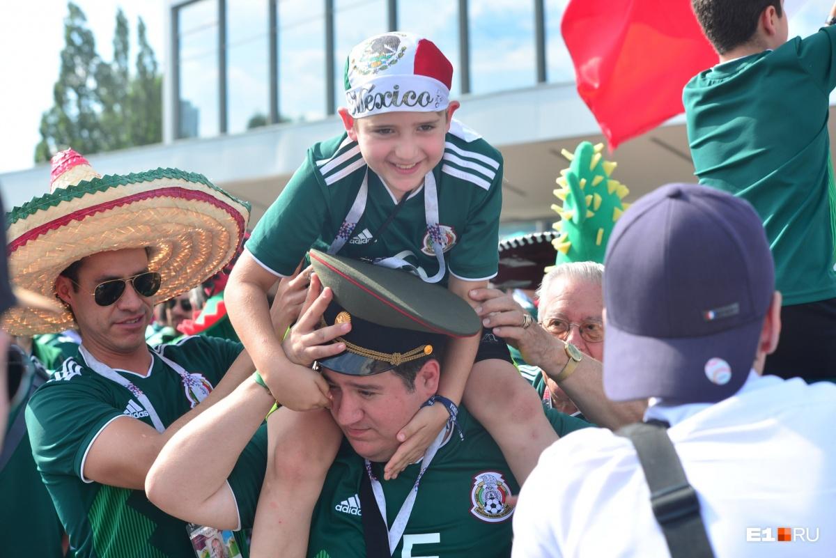 Поддержать мексиканских футболистов хотят и взрослые, и дети