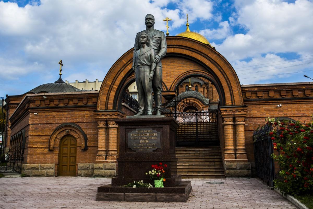 ВНовосибирске обновили поврежденный вандалом монумент НиколаюII