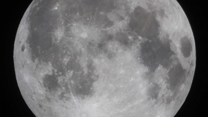 В Омске прошло лунное затмение — как это выглядело в трёх снимках