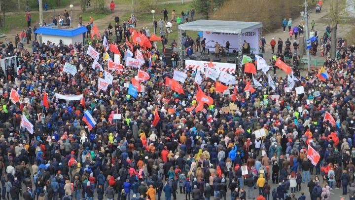 С песнями и без доверия к властям: как прошел антимусорный митинг на площади Терёхина в Архангельске