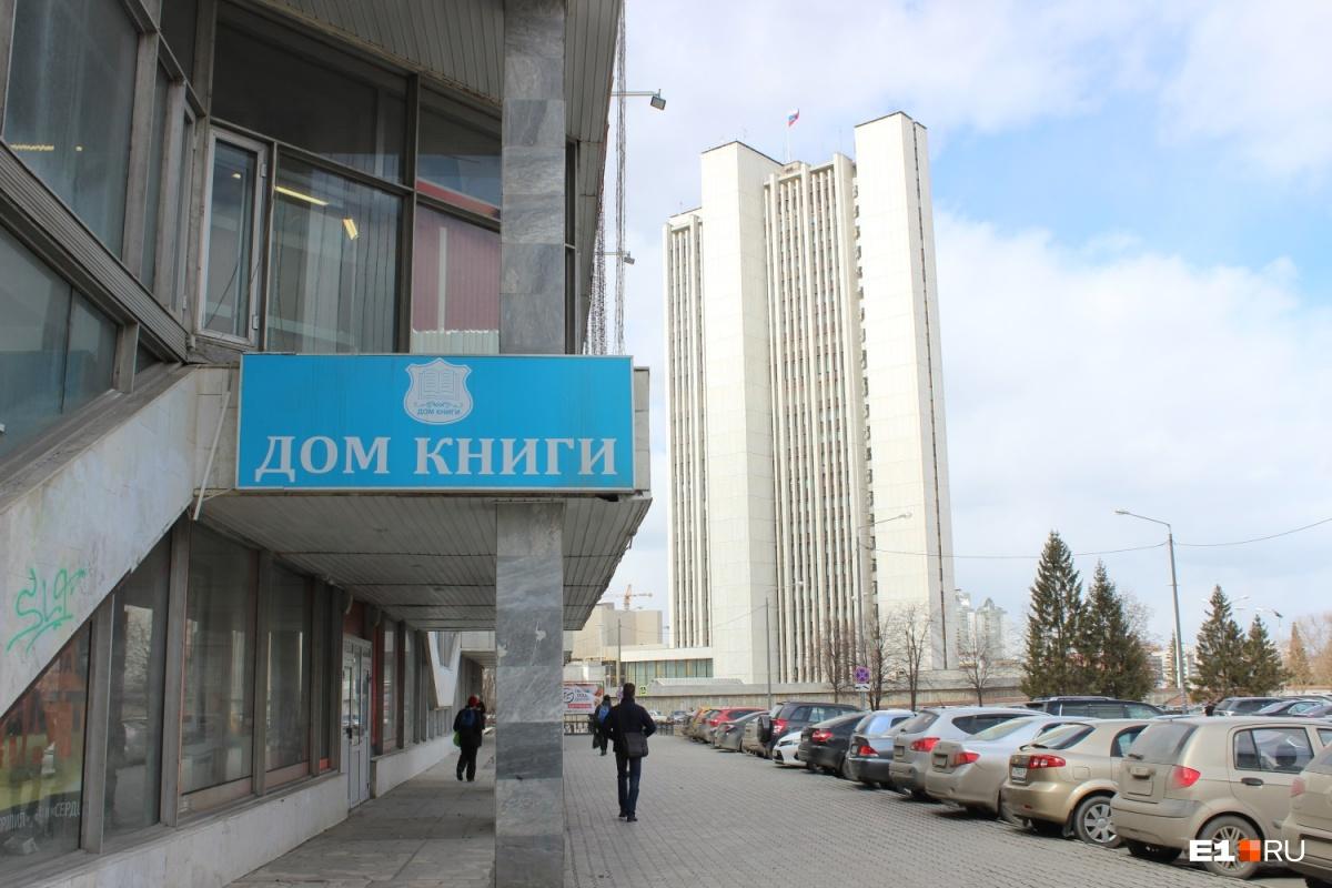 «Дом книги» со всех сторон окружен административными зданиями, где Путин очень востребован