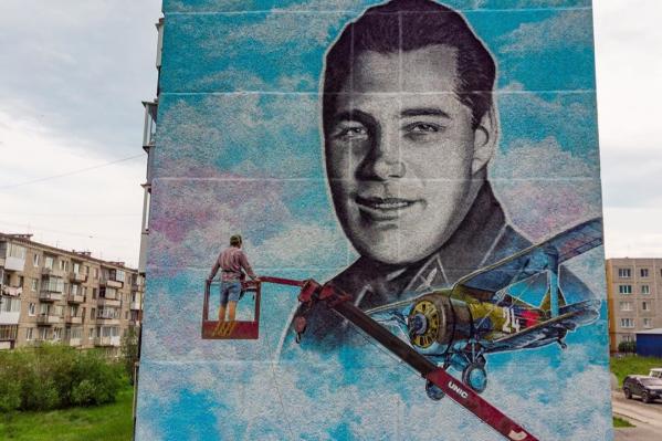 Это летчик Анатолий Серов, в честь которого назвали уральский город