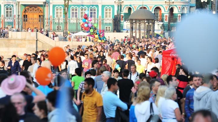 В Екатеринбурге — День города: рассказываем, как перекрыли дороги и как пустили автобусы и трамваи