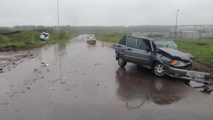 Женщина за рулем ВАЗ-2114 столкнулась с иномаркой: есть пострадавшие