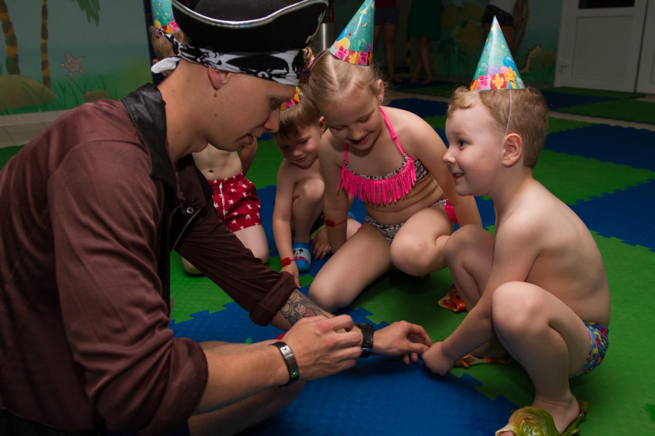 Дети всегда рады встрече с пиратом