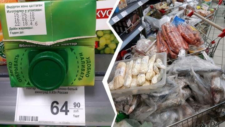 «Даже макарошки»: ярославцы набрали четыре тележки просрочки в продуктовом у дома
