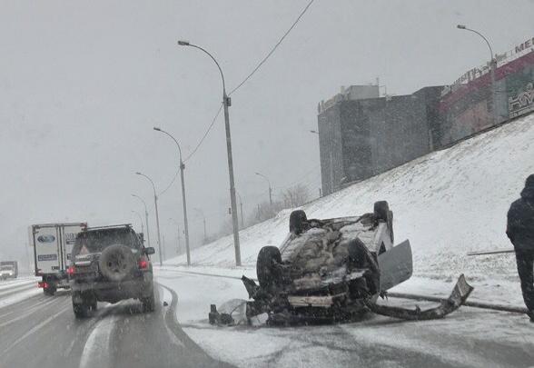 Фото: машина легла на крышу посреди Ипподромской
