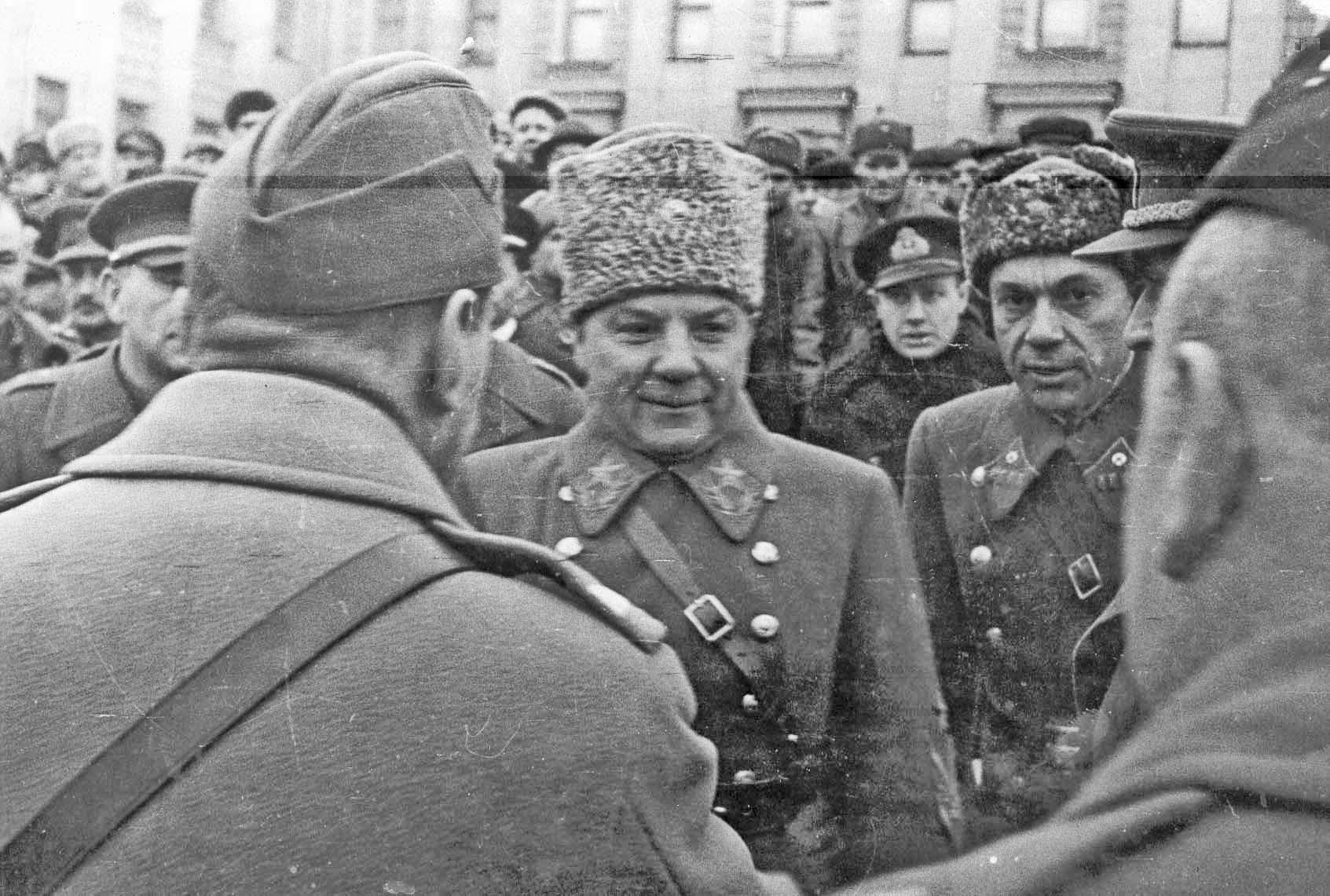 Маршал Климент Ворошилов с представителями иностранных дипмиссий