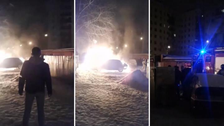 Огонь перекинулся на соседнюю машину. Ночью во дворе жилого дома в Тюмени полыхала иномарка
