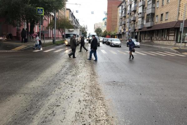 Бетон по дороге разлили строители