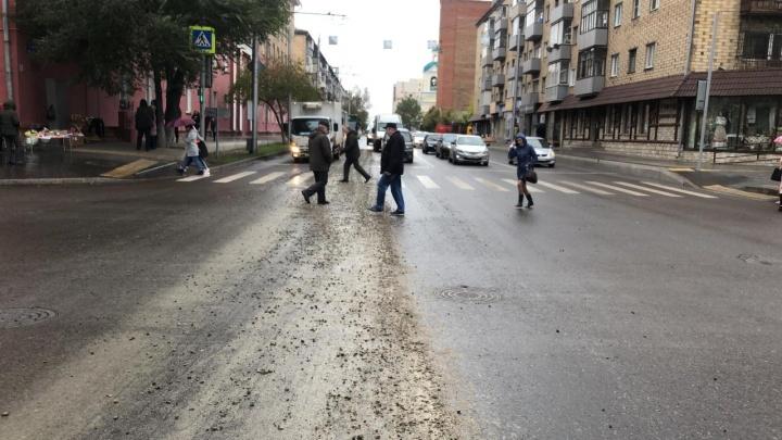 Строители разлили бетон на оживлённую дорогу по Ленина