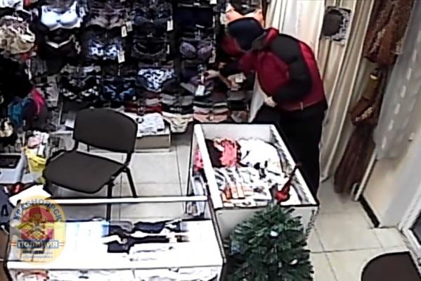 Мужчина украл белье, пока продавец был занят другим клиентом