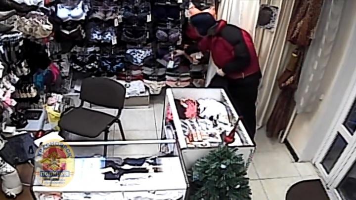 Мужчина дважды обчистил магазин с женским бельем и попал на видео