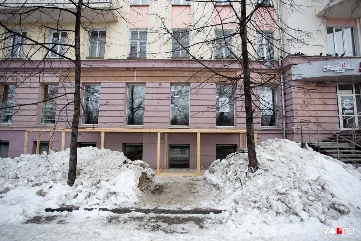 Деревянная конструкция на фасаде дома появилась на прошлой неделе