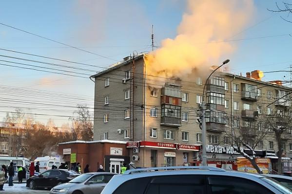 По словам очевидцев в соцсетях, из окон горящей квартиры выпрыгнули двое детей